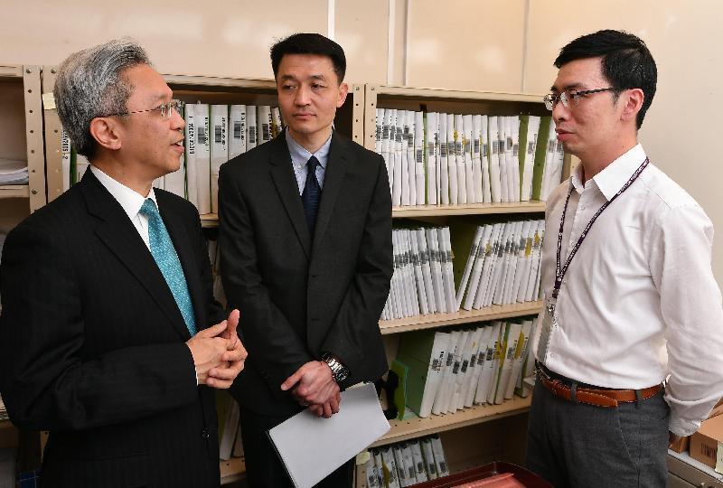 公務員事務局局長羅智光今日(三月二十七日)到訪破產管理署。圖示羅智光(左一)在個案處理部聽取同事介紹破產清盤的管理工作。