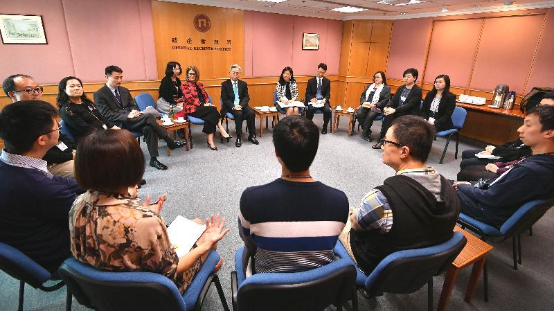 公務員事務局局長羅智光今日(三月二十七日)到訪破產管理署,與部門各職系的員工代表茶敍,就他們關注的事項交換意見。