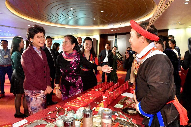 行政長官林鄭月娥(左一)今晚(三月二十七日)出席廣東省2018年迎春宴會,並參觀廣東省非物質文化遺產展覽。