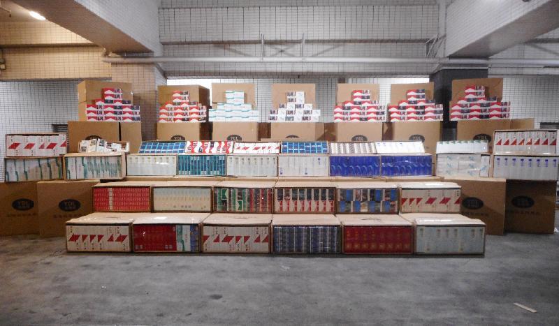 香港海關昨日(三月二十七日)在落馬洲管制站一輛入境貨車上檢獲約二百一十萬支懷疑私煙,估計市值約五百六十萬元,應課稅值約四百萬元。