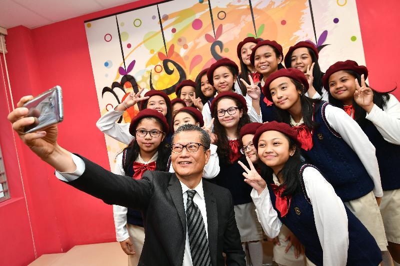 財政司司長陳茂波今日(三月二十八日)到訪李陞大坑學校。圖示陳茂波與該校學生合照。