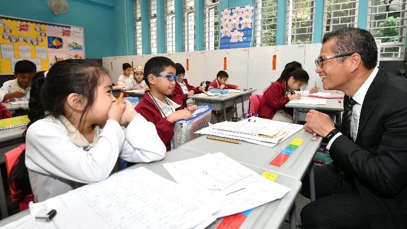 財政司司長陳茂波今日(三月二十八日)到訪李陞大坑學校並與少數族裔學生交流,了解他們的學習情況。