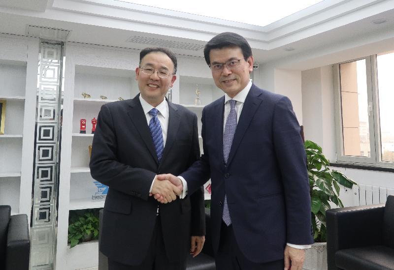 商務及經濟發展局局長邱騰華(右)昨日(三月二十八日)在北京與國家郵政局局長馬軍勝會面。