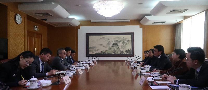商務及經濟發展局局長邱騰華(右三)今日(三月二十九日)在北京與國家發展和改革委員會副秘書長兼國際合作司司長蘇偉(左三)會面。
