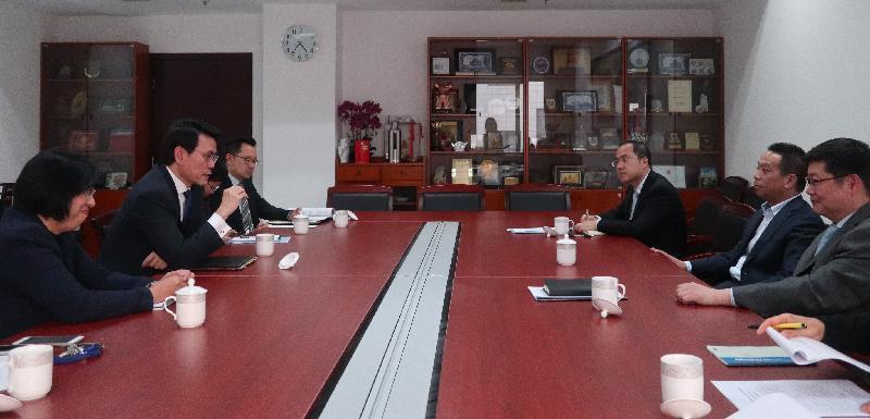 商務及經濟發展局局長邱騰華(左二)今日(三月二十九日)在北京與國務院港澳事務辦公室副主任黃柳權(右二)會面。