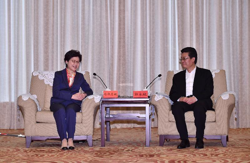 行政長官林鄭月娥(左)今日(三月三十日)在珠海與珠海市委書記郭永航會面。