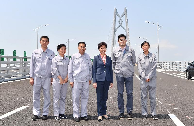 行政長官林鄭月娥今日(三月三十日)在珠海考察港珠澳大橋。圖示林鄭月娥(右三)與港珠澳大橋管理局代表合照。