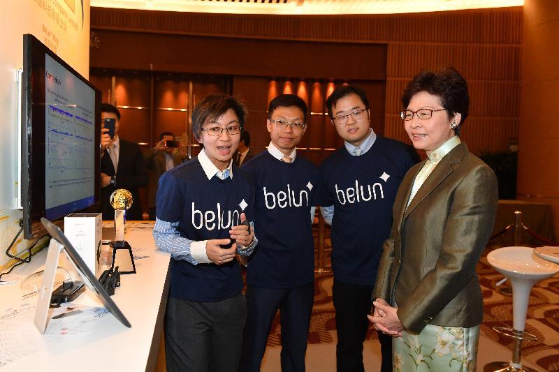 行政長官林鄭月娥今日(四月四日)晚上出席2018香港資訊及通訊科技獎頒獎典禮。圖示林鄭月娥(右一)參觀展覽。