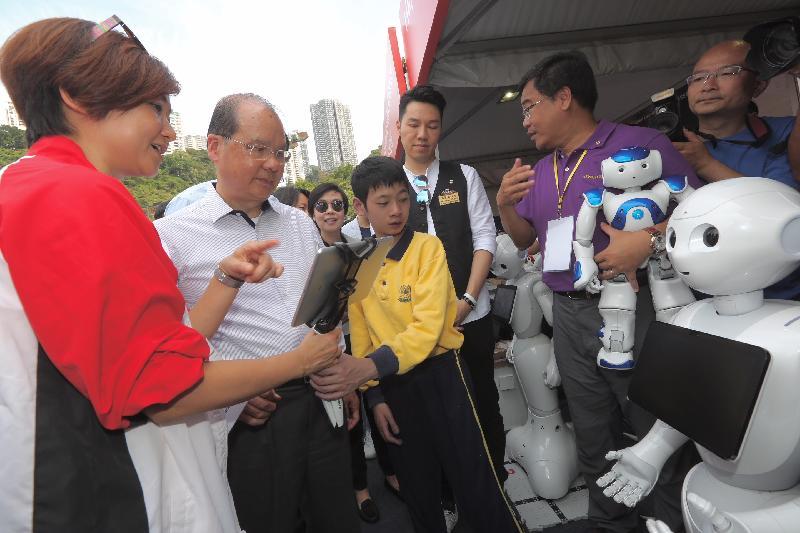 政务司司长张建宗(左二) 今日(四月五日)出席汇丰社区同乐日开幕礼,并参观东华三院的摊位。