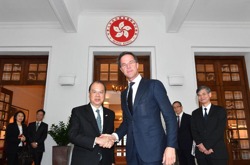 署理行政長官張建宗今日(四月九日)在禮賓府與荷蘭王國首相馬克‧呂特會面。圖示張建宗(左)與呂特(右)握手。