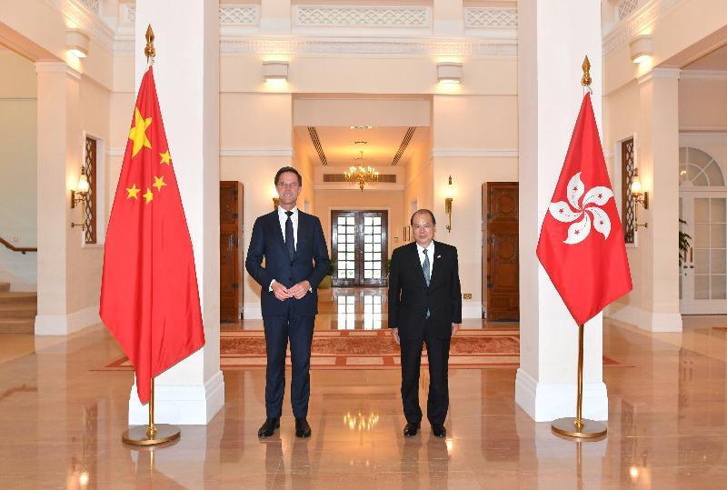 署理行政长官张建宗(右)今日(四月九日)与荷兰王国首相马克‧吕特(左)在礼宾府合照。