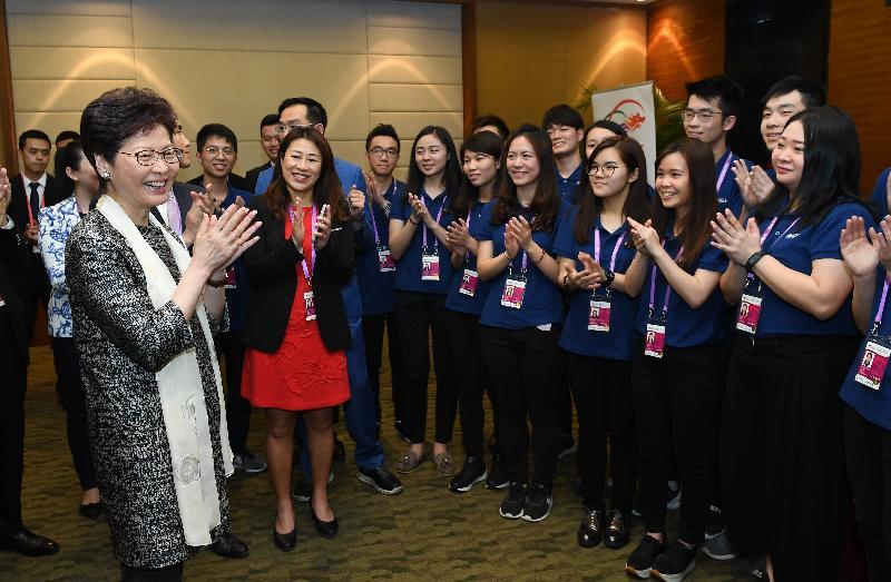 行政長官林鄭月娥(左一)今晚(四月九日)在海南與在博鰲亞洲論壇2018年年會擔任志願者的香港學生會面,了解他們的工作。