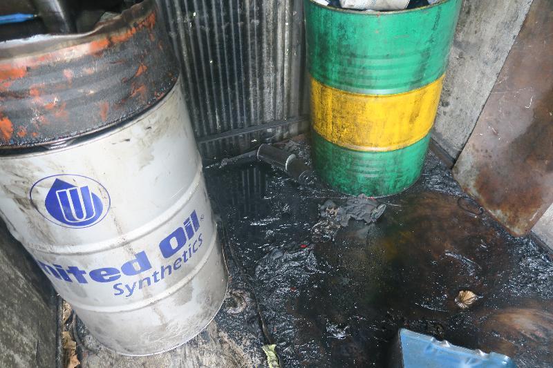 元朗唐人新村朗汉路一间汽车维修工场的化学废物贮存库地上多处有偈油积聚。