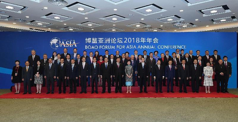 國家主席習近平(第一排左十)今日(四月十日)在海南與行政長官林鄭月娥(第一排左十一)及出席博鰲亞洲論壇2018年年會的其他港澳代表合照。