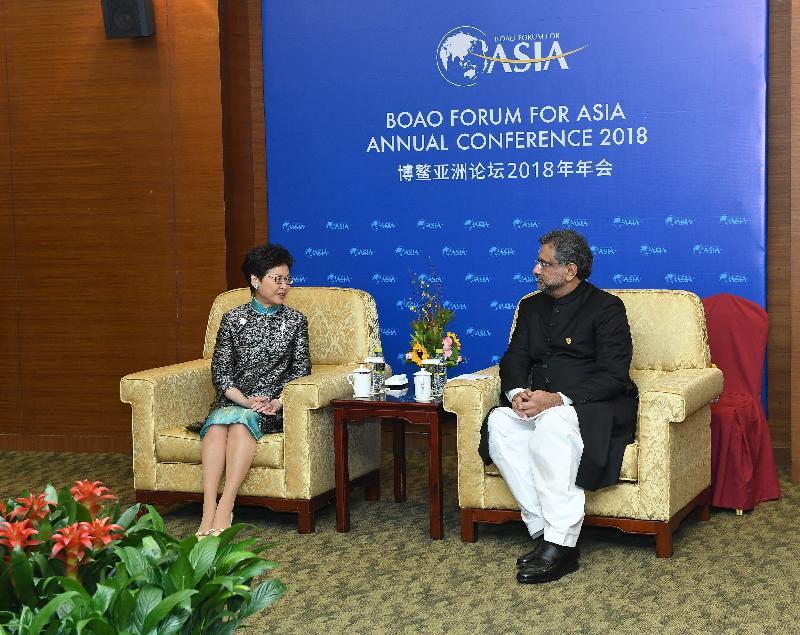 行政長官林鄭月娥(左)今日(四月十日)在海南出席博鰲亞洲論壇2018年年會期間,與巴基斯坦總理阿巴西會面。