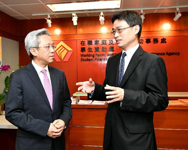 公務員事務局局長羅智光(左)今日(四月十一日)到訪在職家庭及學生資助事務處,與處長李忠善(右)會面,了解部門工作的最新情況。