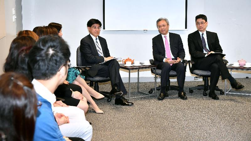 公務員事務局局長羅智光(右二)今日(四月十一日)到訪在職家庭及學生資助事務處,與部門各職系的員工代表茶敍,就他們關注的事宜交換意見。