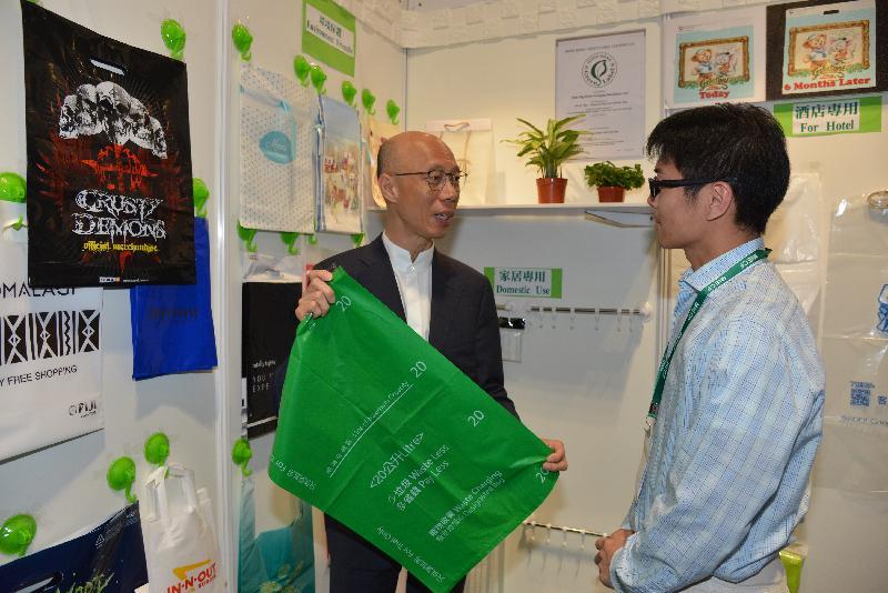 環境局局長黃錦星(左)今日(四月十二日)在澳門出席二○一八年澳門國際環保合作發展論壇及展覽,並與香港參展商交流。