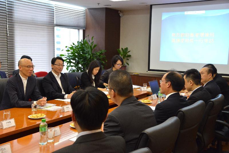 環境局局長黃錦星(左一)今日(四月十二日)到訪澳門特別行政區能源業發展辦公室,了解當地的光伏發電政策。