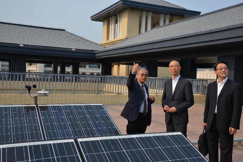 環境局局長黃錦星(中)今日(四月十二日)參觀澳門大學的太陽能光伏系統,該裝置為澳門公營機構中首個符合政府規範並併入電力公司電網運行的系統。
