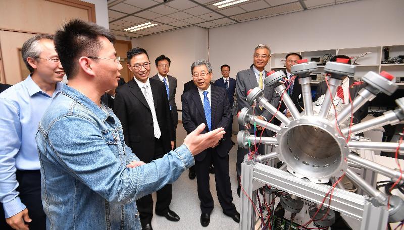 在出席京港大學聯盟成立典禮後,教育局局長楊潤雄(左三)今日(四月十三日)陪同國家教育部部長陳寶生(左四)參觀香港科技大學一個實驗室。