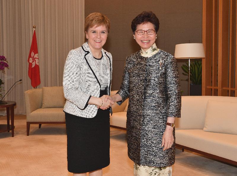 行政長官林鄭月娥(右)今日(四月十三日)下午在行政長官辦公室與蘇格蘭首席大臣尼古拉‧斯特金(左)會面。