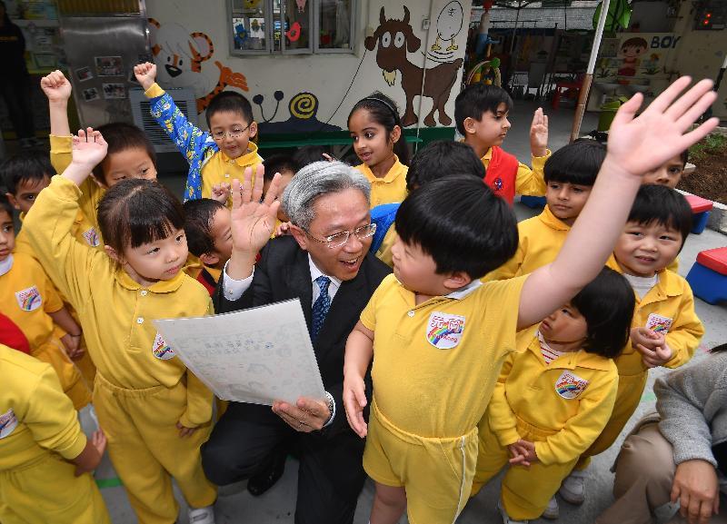 公務員事務局局長羅智光今日(四月十七日)到訪元朗區。圖示羅智光探訪元岡幼稚園的學生,了解幼稚園的共融學習環境。