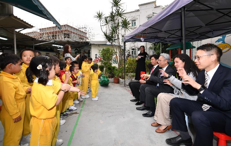 公務員事務局局長羅智光今日(四月十七日)到訪元朗區。圖示羅智光(右三)探訪元岡幼稚園的學生,了解幼稚園的共融學習環境。