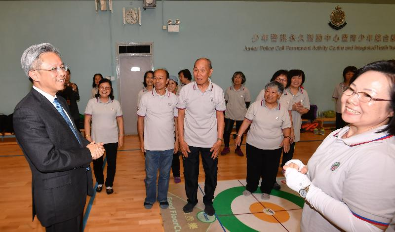 公務員事務局局長羅智光今日(四月十七日)到訪元朗區。圖示羅智光(左一)在少年警訊永久活動中心暨青少年綜合訓練營與正在參與活動的元朗警區耆樂警訊會員交談。