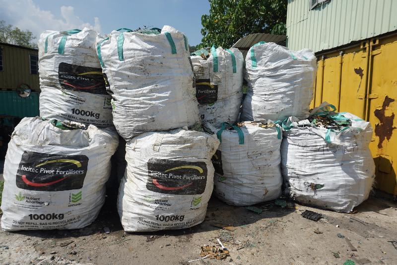 环保署人员去年九月在元朗鸡伯岭路一个回收场检获废印刷电路板。
