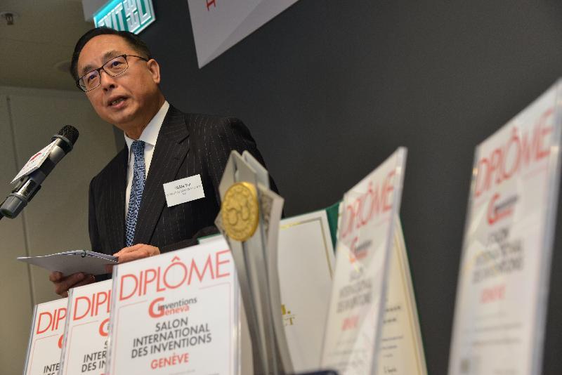 創新及科技局局長楊偉雄今日(四月十九日)在香港紡織及成衣研發中心舉行的第46屆日內瓦國際發明展得獎項目新聞簡報會上,祝賀中心再獲佳績。