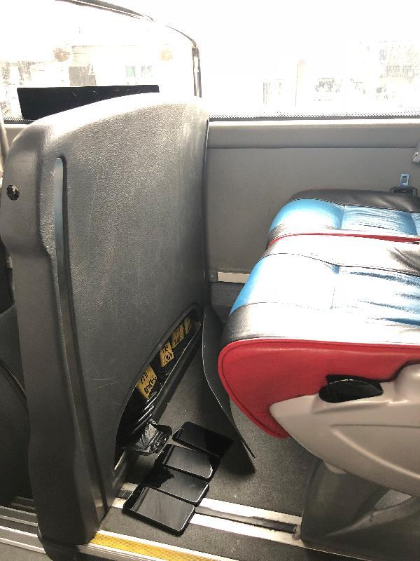 香港海關昨日(四月十八日)和今日(四月十九日)在深圳灣管制站檢獲共一千四百六十九部懷疑走私智能電話,估計市值約五百萬元。海關人員在一輛出境旅遊巴士上的兩塊板內發現四百零六部智能電話。