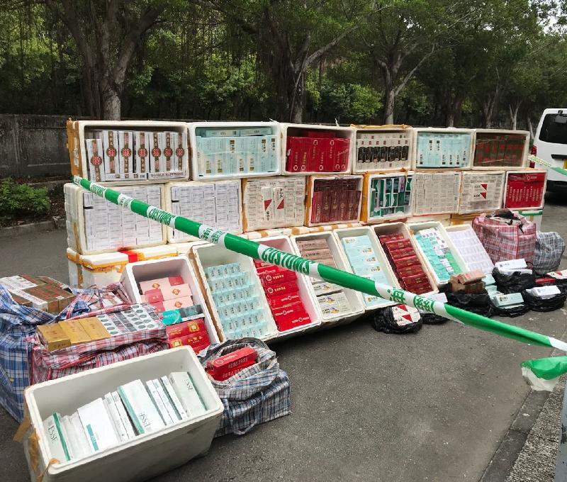 香港海關今日(四月十九日)在元朗檢獲約四十萬支懷疑私煙,估計市值約一百一十萬元,應課稅值約八十萬元。