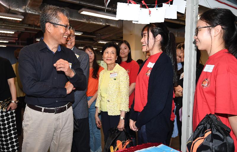 財政司司長陳茂波(左一)今日(四月二十一日)出席「職」出前路,我做得到!「學校起動」計劃生涯規劃日啟動禮,並參觀攤位。