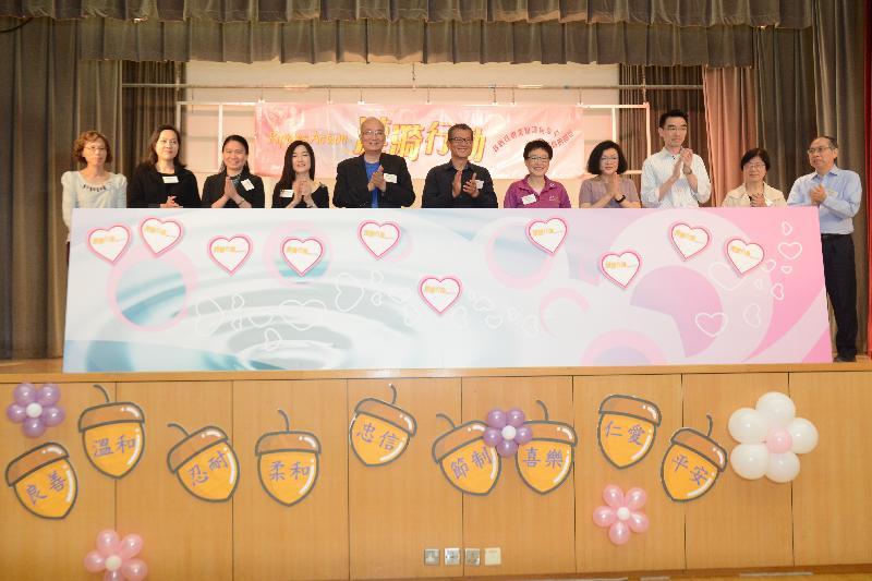 財政司司長陳茂波(中)今日(四月二十一日)出席漣漪行動十周年誌慶活動,與香港國際社會服務社行政總裁邱浩波(左五)和其他嘉賓主持啟動儀式。