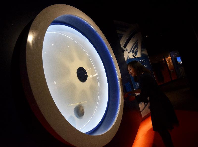 香港太空館全新展覽廳「宇宙展覽廳」和「太空探索展覽廳」今日(四月二十四日)揭幕,展示逾百件新展品,向市民介紹天文與太空科技新知。圖示互動展品「迴旋太空人」。