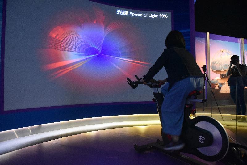 香港太空館全新展覽廳「宇宙展覽廳」和「太空探索展覽廳」今日(四月二十四日)揭幕,展示逾百件新展品,向市民介紹天文與太空科技新知。圖示互動展品「相對論自行車」。
