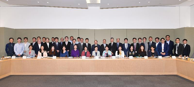 政務司司長及青年發展委員會主席張建宗今日(四月二十四日)主持委員會首次會議。圖示張建宗(後排中)與青年發展委員會委員合照。