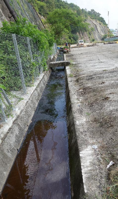 環境保護署人員去年九月發現青衣西草灣路香港聯合船塢附近有用作鋪設馬路的瀝青乳劑洩漏,洩漏物覆蓋整條路邊雨水渠。