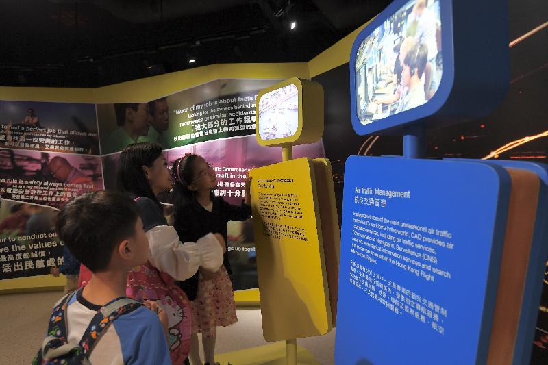 為期四日的民航處總部開放日今日(四月二十五日)圓滿結束。圖示參加者參觀航空教育徑,聽取民航處人員講解香港民航歷史、航空保安和航空交通管制的工作。