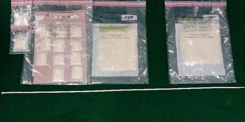 香港海關昨日(四月二十四日)在觀塘及大埔進行緝毒行動,共檢獲約一點二公斤懷疑冰毒,估計市值約六十二萬元。