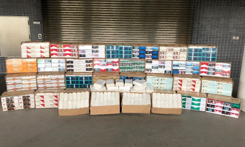 香港海關今日(四月二十五日)在深圳灣管制站一輛入境貨車上檢獲約四十三萬支懷疑私煙,估計市值約一百二十萬元,應課稅值約八十萬元。