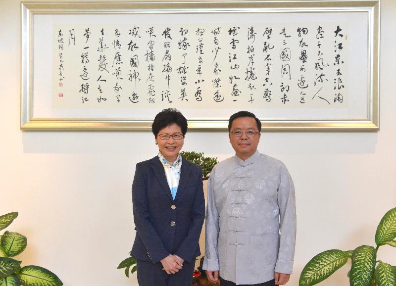 行政長官林鄭月娥(左)今日(四月二十五日)在印尼雅加達拜會中國駐東南亞國家聯盟大使黃溪連(右)。
