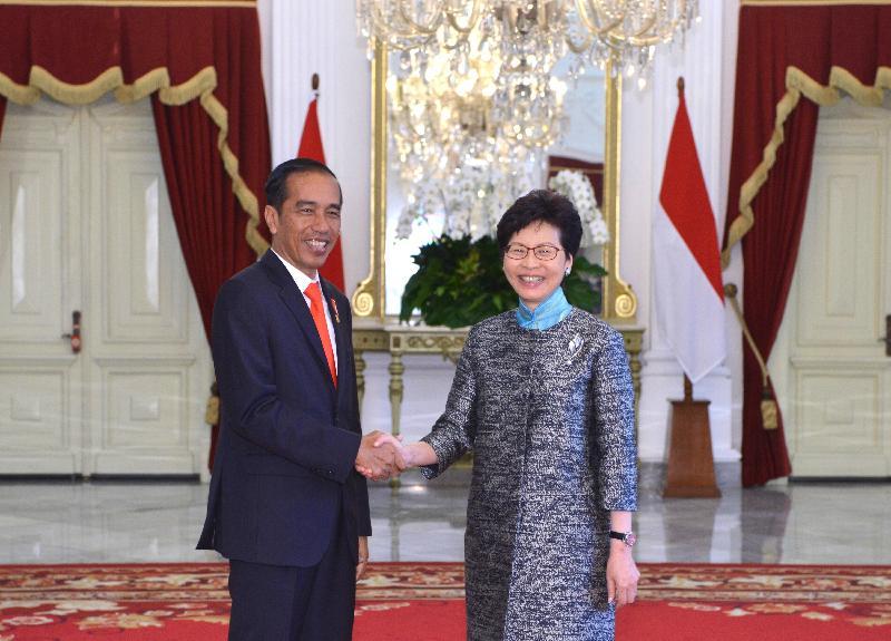 行政長官林鄭月娥(右)今日(四月二十五日)在印尼雅加達與印尼總統佐科‧維多多(左)會面。圖示兩人在會面前握手。