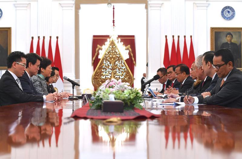 行政長官林鄭月娥(左三)今日(四月二十五日)在印尼雅加達與印尼總統佐科‧維多多(右四)會面。商務及經濟發展局局長邱騰華(左二)亦有出席。