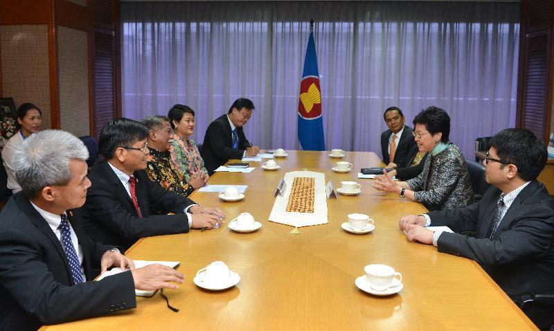 行政長官林鄭月娥今日(四月二十五日)在印尼雅加達參觀東南亞國家聯盟(東盟)秘書處。圖示林鄭月娥(右二)與東盟副秘書長穆赫坦博士(左三)交流。