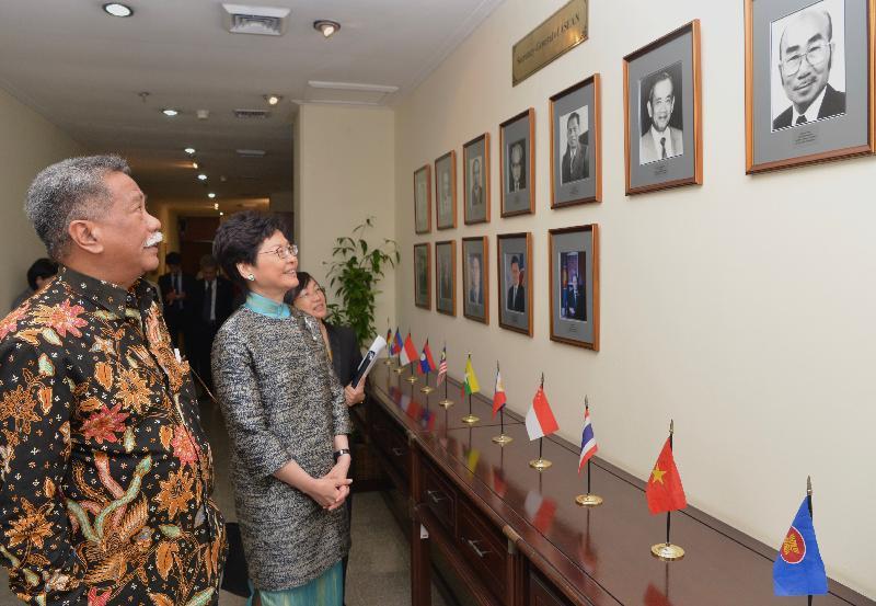 行政長官林鄭月娥(右)今日(四月二十五日)在東南亞國家聯盟(東盟)副秘書長穆赫坦博士(左)陪同下,在印尼雅加達參觀東盟秘書處。