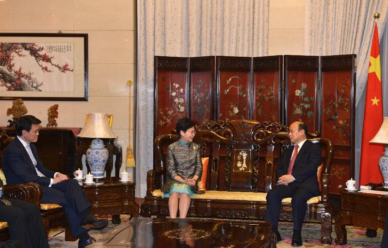 行政長官林鄭月娥(中)今日(四月二十五日)在印尼雅加達拜會中國駐印尼大使肖千(右)。商務及經濟發展局局長邱騰華(左)亦有出席。