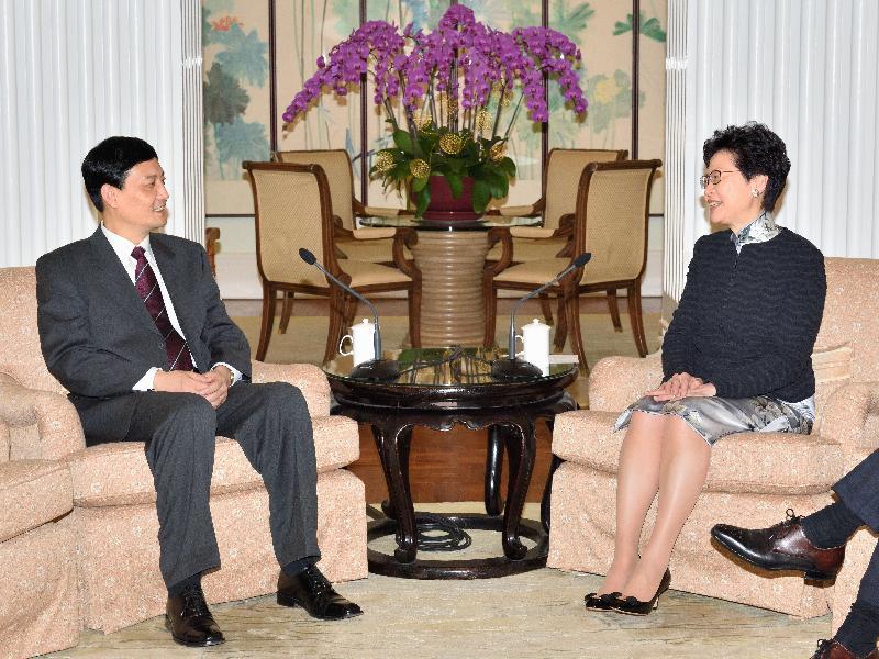 行政長官林鄭月娥(右)今日(四月二十七日)在禮賓府與國務院國有資產監督管理委員會(國資委)主任肖亞慶(左)會面。