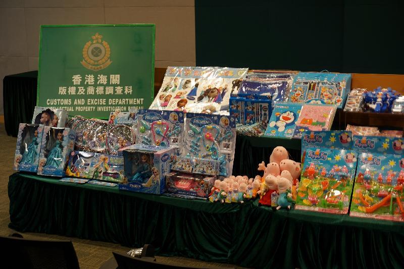 香港海關昨日(四月二十六日)採取代號「旋風」的全港性執法行動,共檢獲約六千八百件懷疑侵權玩具、文具、童裝及其它懷疑侵權物品,估計市值共約四十萬元。圖示部分檢獲的物品。